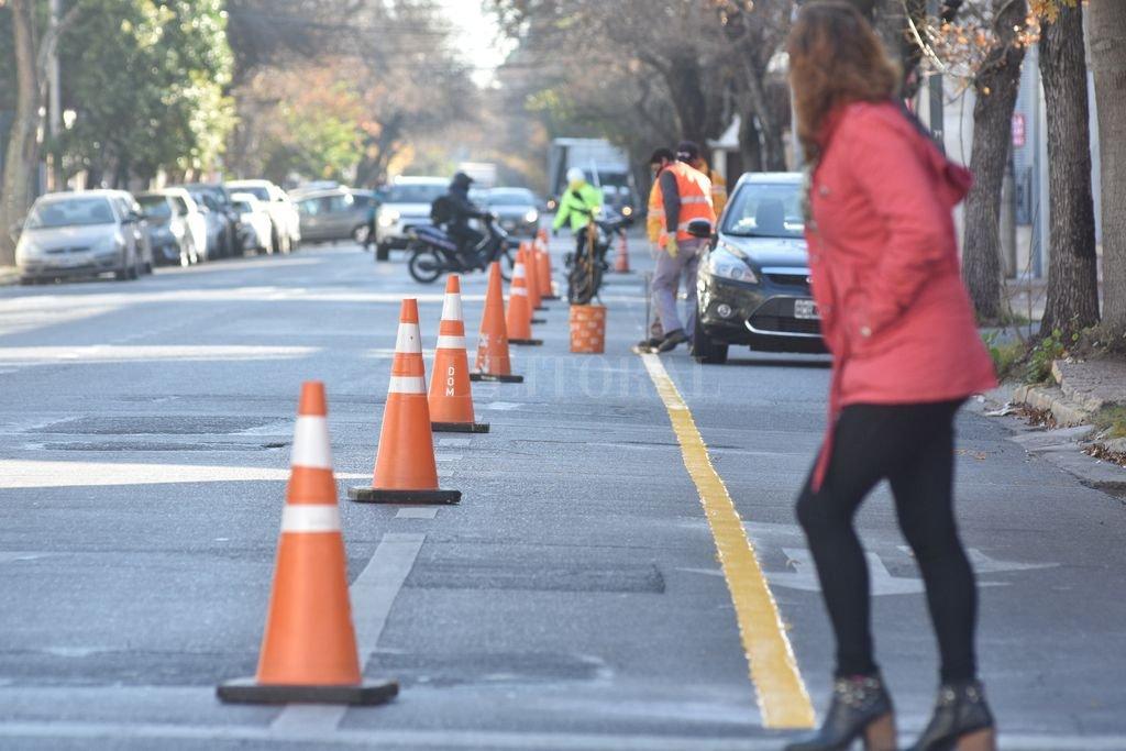 Nuevas. Dos nuevas ciclovías comenzó a demarcar el miércoles la Municipalidad de Santa Fe, una por Urquiza y la otra por Gorriti. Hay reparos de los activistas. Crédito: Flavio Raina