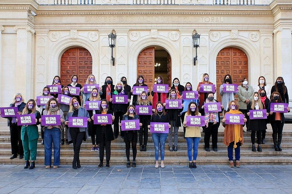 En las escalinatas de la UNL la foto de las mujeres de todo el arco político recordando el aniversario de Ni una Más.  Crédito: Cámara de Diputados