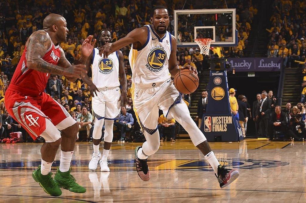 Kevin Durant, con la camiseta de Golden State, en un partido decisivo ante Houston Rockets. El destacado basquetbolista no podrá debutar en Brooklyn Nets, cuando se reanude la temporada. Crédito: Archivo El Litoral