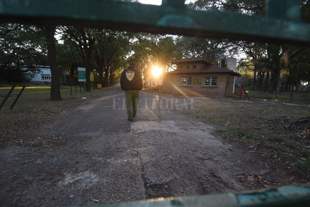 Cerrada. La granja muestra hoy un estado general de semi abandono, y demanda una urgente intervención. Crédito: Manuel Fabatia