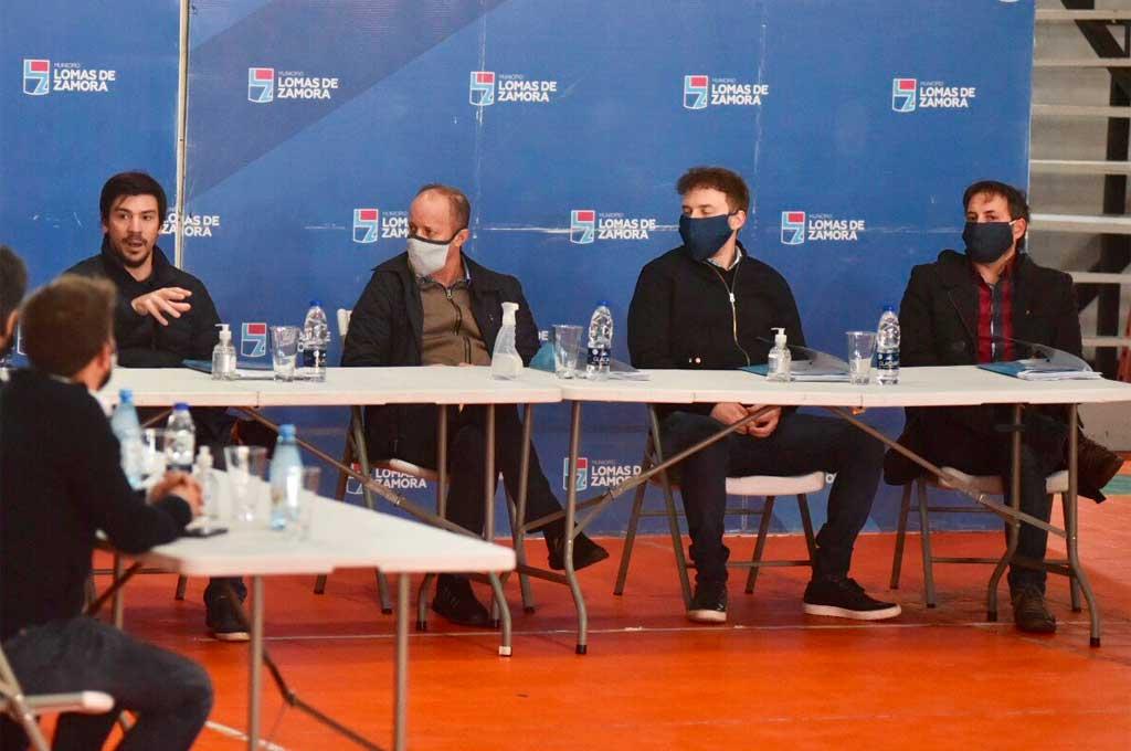 Alegretti (en la punta derecha de la mesa) junto a Insaurralde en un acto público días atrás Crédito: Gentileza