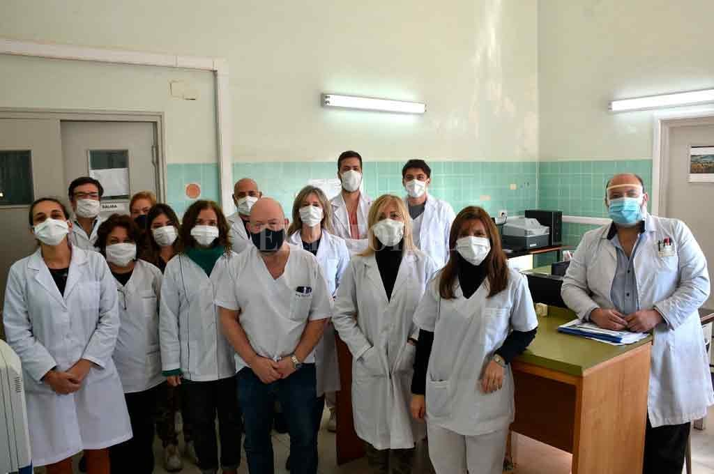 En equipo. Con la dirección de Carlos Pastor (segundo desde la izquierda), bioquímicos y técnicos integran el grupo de trabajo el Laboratorio Central. Crédito: Flavio Raina