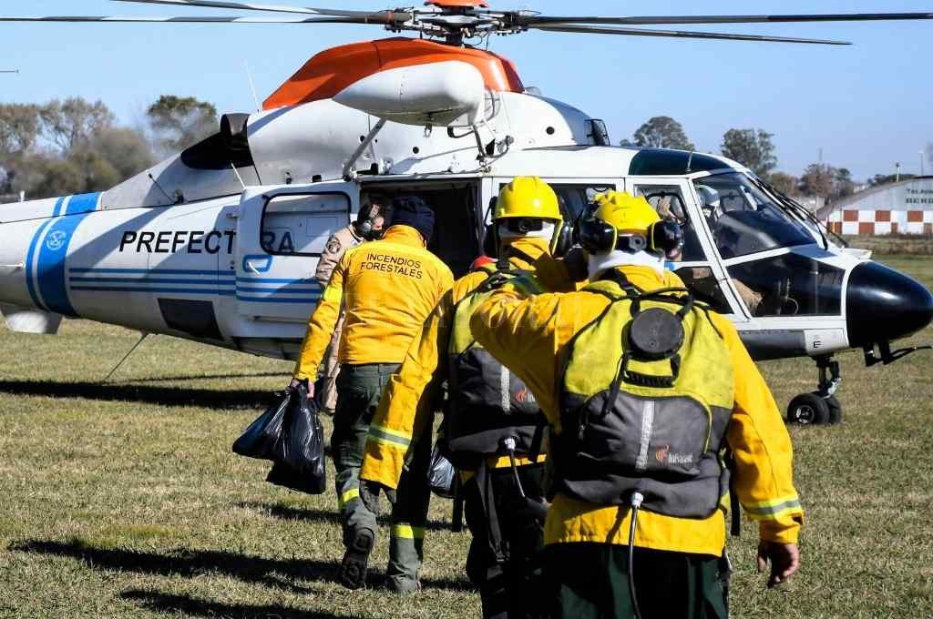 Refuerzos. El operativo de combate al fuego en el delta del río Paraná incluyó recursos del gobierno nacional, del Municipio de Rosario y de la Provincia de Santa Fe.   Crédito: Télam.