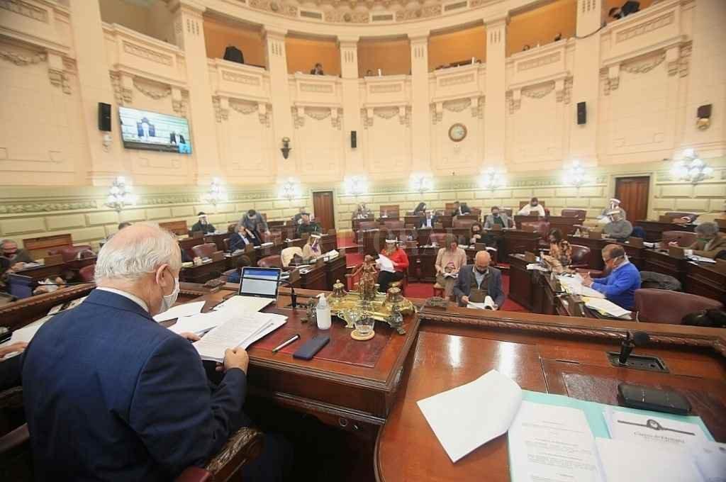La Cámara de Diputados volvió a sesionar en su recinto natural, aunque con medidas de distanciamiento que hizo que algunos integrantes estuviesen ubicados en las barras.    Crédito: Cámara de Diputados