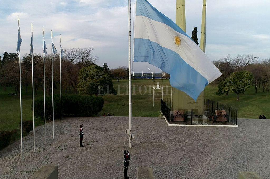 Granaderos izan la bandera en el Campo de la Gloria frente al Convento de San Lorenzo Crédito: Fernando Nicola