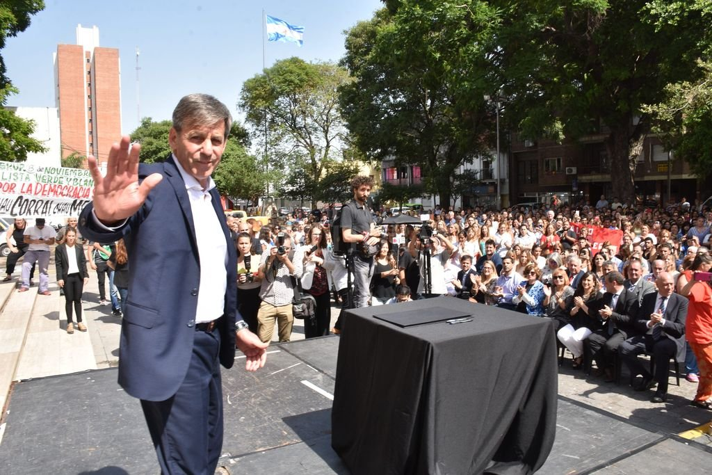 """Ganador. El 16 de junio de 2019 fue un día de cambios. Para la ciudad, porque el radicalismo universitario perdió después de 12 años. Para Emilio Jatón, porque tenía por delante asumir """"el mayor desafío público"""", como él mismo definió convertirse en intendente.  Crédito: Manuel Fabatia"""