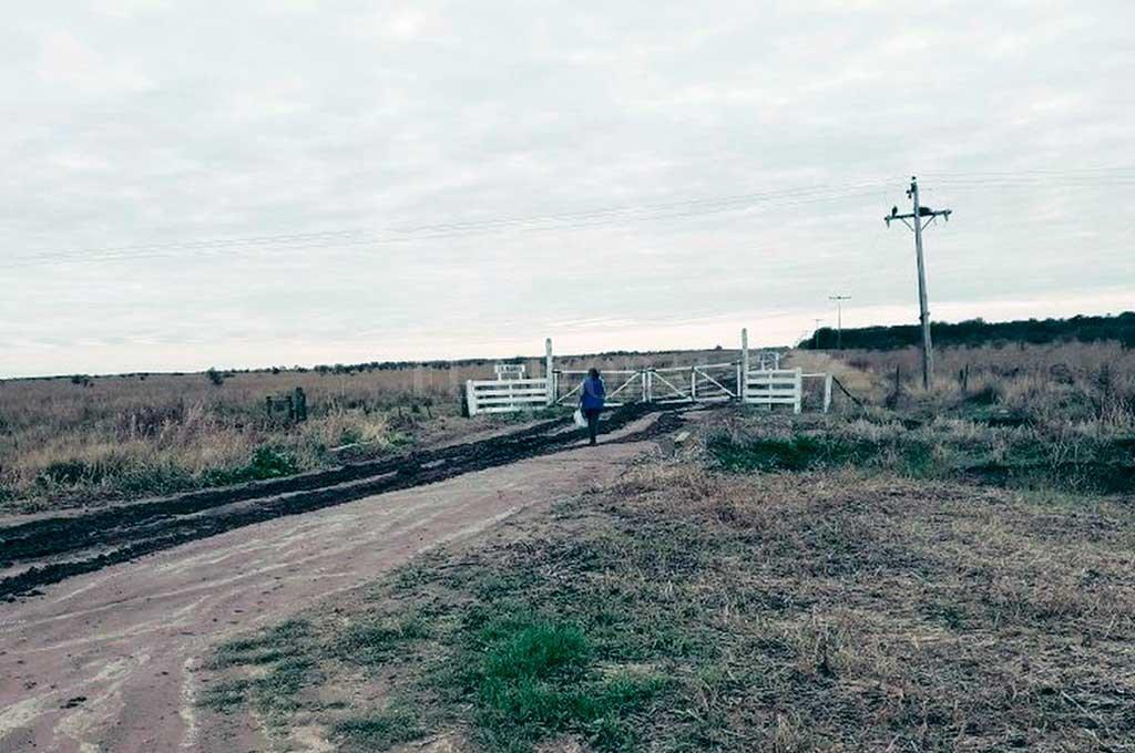 """Una """"seño"""" viaja hasta 12 km. para dejar, en la entrada de una casa donde vive un alumno, colgada y adentro de una bolsita la tarea escolar. Todo un símbolo de la educación rural en tiempos de coronavirus. Crédito: Gentileza"""