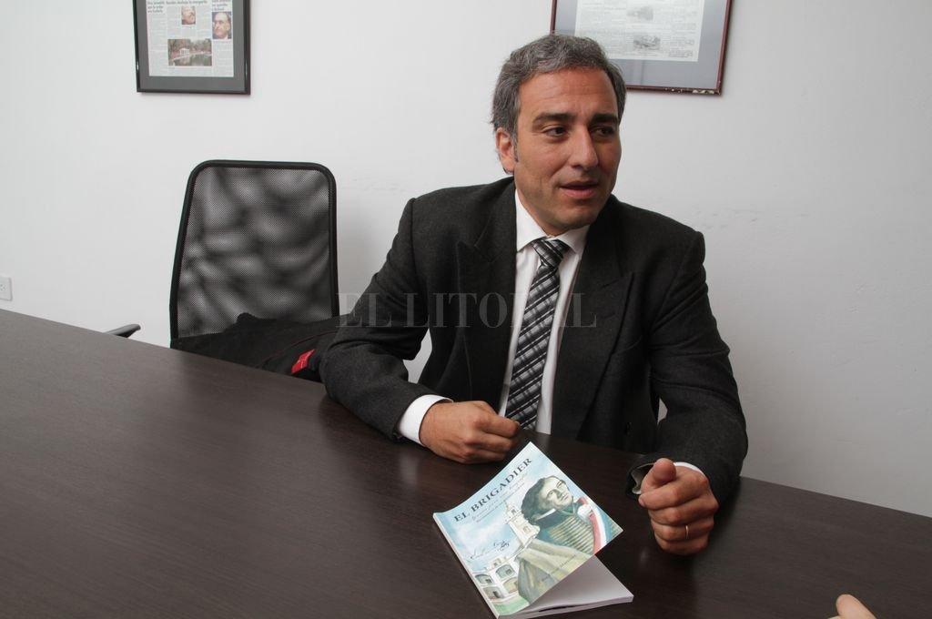 El diputado Oscar Martínez y su libro sobre el Brigadier López Crédito: Archivo El Litoral