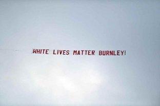 Una avioneta sobrevoló la cancha en el partido entre el Manchester City y el Burnley con un mensaje racista