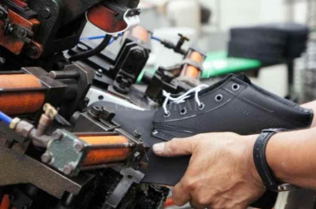 La utilización de la capacidad instalada de la industria en general tocó un mínimo histórico al promediar 42%. El sector del calzado fue el más castigado con una paralización del 99 % de su actividad.    Crédito: Archivo