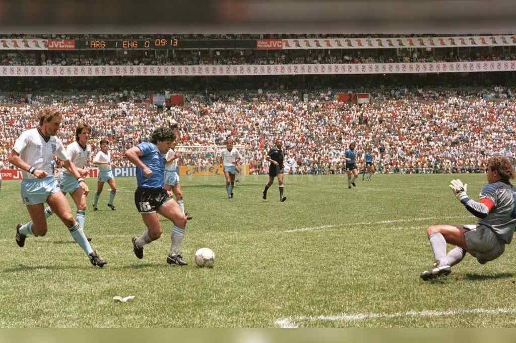 """Inolvidable. El gol que permanecerá por siempre en la cima de la historia de los mundiales. """"Los ingleses querían pegarle patadas pero cuando se tiraban, ya no estaba más"""", dijo el """"Negro"""" Enrique.   Crédito: Archivo"""