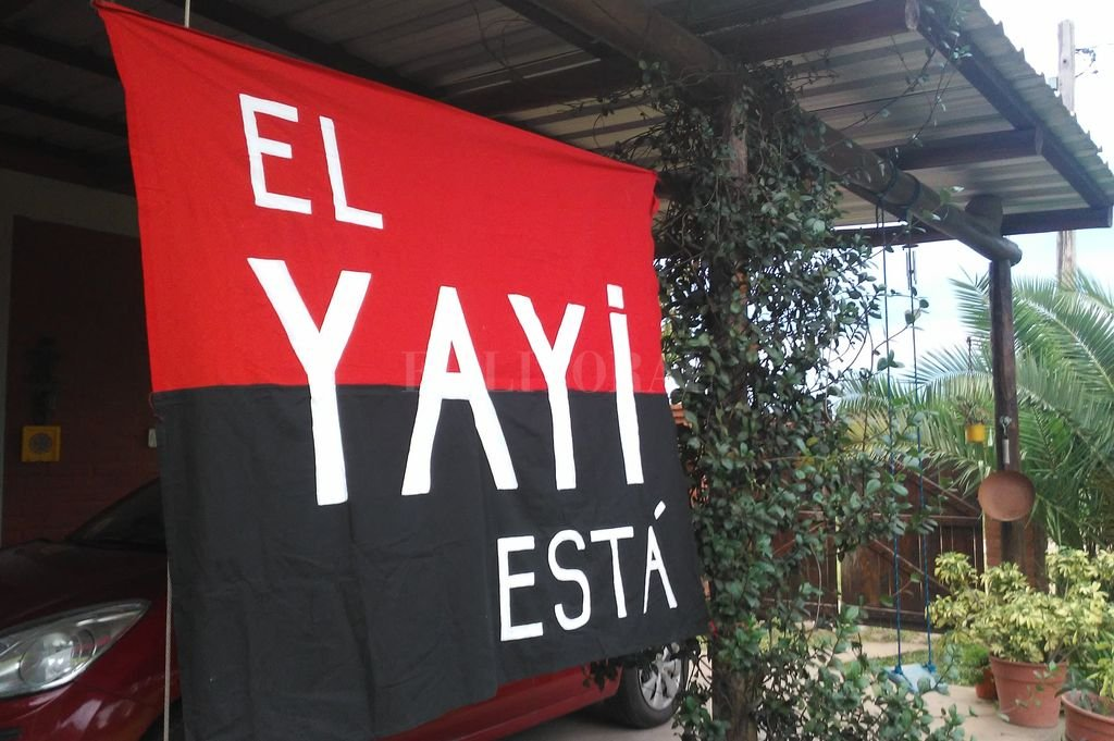 """Sabalero hasta los huesos  </BREVES TXT>""""El Yayi está"""" y un trapo sabalero que es infaltable en el Cementerio de los Elefantes cada vez que juega Colón. Crédito: Gentileza Familia Lassaga"""