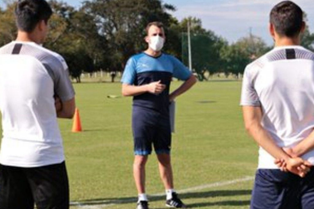 Con protocolo. El entrenamiento se llevó a cabo cumpliendo estrictas reglas que ya llevan adelante los jugadores del fútbol local guaraní. Crédito: Gentileza FPF
