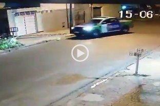 Viral: dos policías filmados mientras intentaban reventar un globo con el patrullero en Buenos Aires