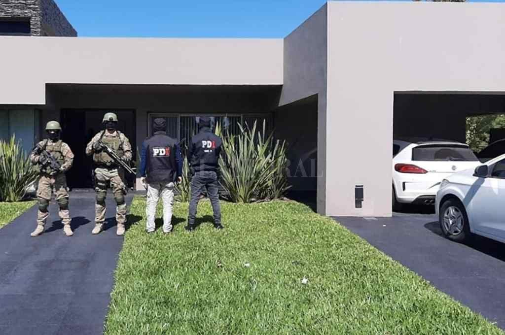Durante los allanamientos realizados este lunes, la policía secuestró numerosos vehículos, varios de ellos de alta gama.   Crédito: Télam.