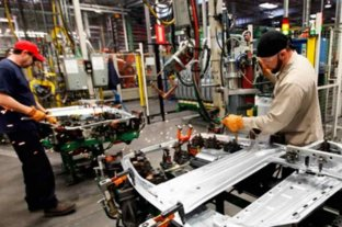 La industria retrocedió en mayo 26,4% interanual pero se recuperó 9% en relación a abril -  -
