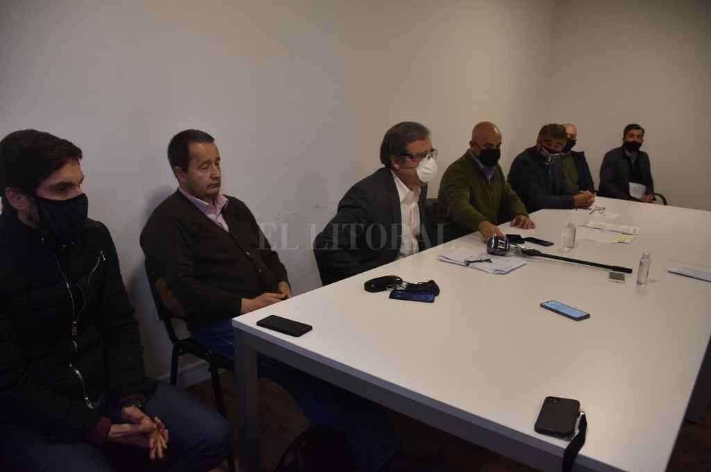 Legisladores de distintos sectores políticos presentaron públicamente el reclamo judicial para que se disponga la veda pesquera en la provincia de Santa Fe.    Crédito: Guillermo Di Salvatore