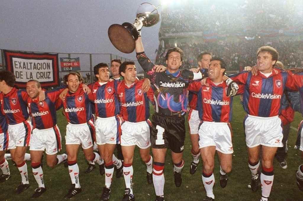 """El """"Flaco"""" Passet lleva la copa. San Lorenzo se pudo consagrar en Rosario.   Crédito: Archivo"""