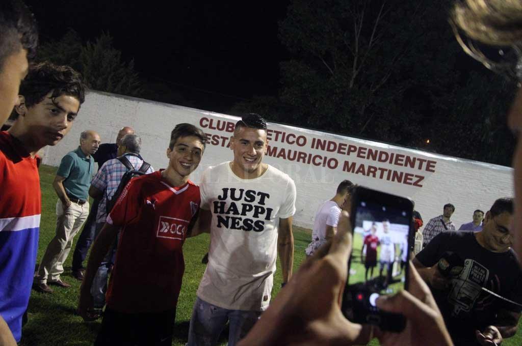 Mauricio Martínez, en el homenaje que se le hizo en Independiente en febrero de 2018. La cancha lleva su nombre. Crédito: Pablo Aguirre