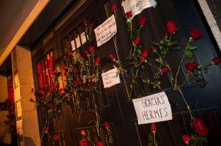 La gente despide a Hermes Binner con flores y mensajes frente a su casa en Rosario
