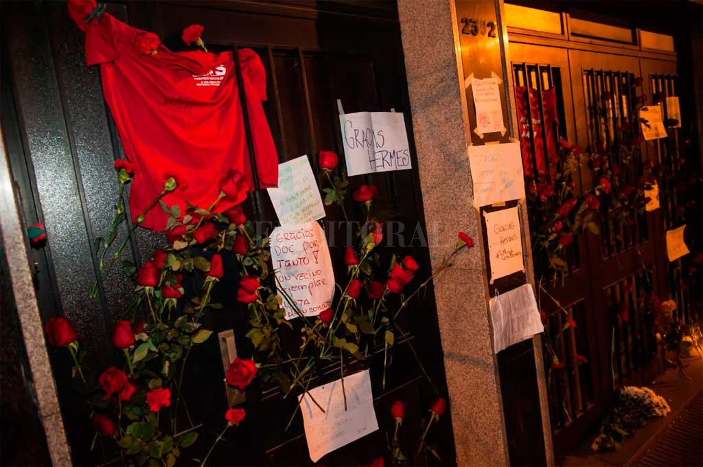 La puerta de la casa del ex gobernador fue visitada por vecinos que dejaron su agradecimiento Crédito: Marcelo Manera