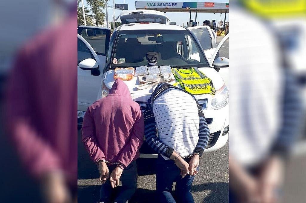 Momento en el que Wabeke y otro sujeto fueron detenidos el pasado 8 de abril en la autopista. En el auto llevaban casi 5 kilos de cocaína. Crédito: Archivo El Litoral