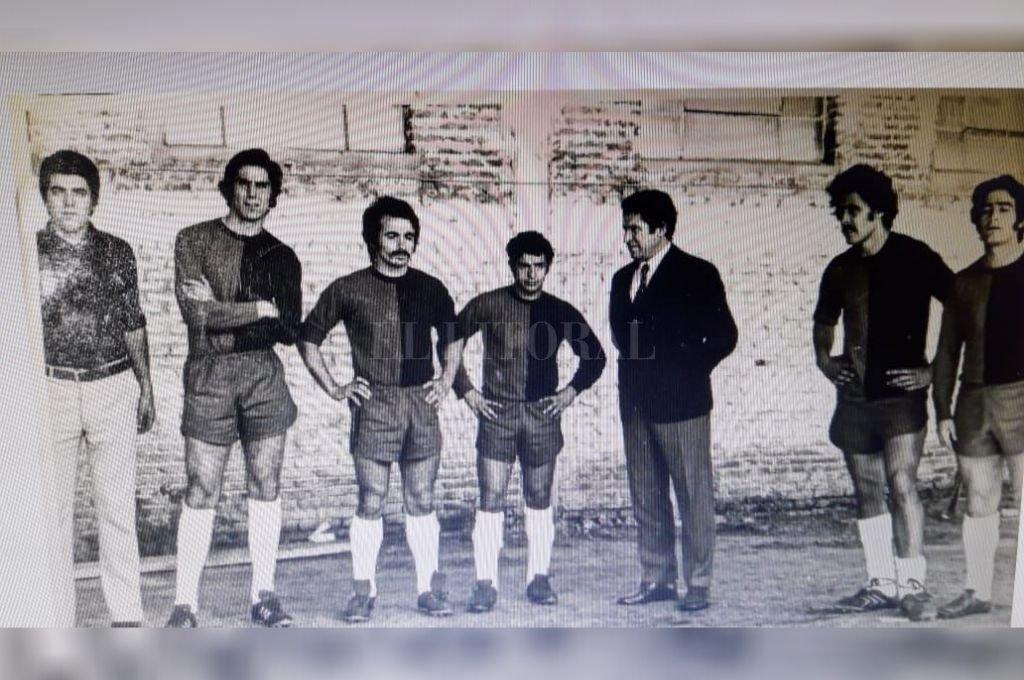 """¿Te acordás hermano? De izquierda a derecha: el profesor Rubén Solé (PF), el """"Flaco"""" Humberto Zuccarelli, el """"Cabezón"""" Trullet, el """"Piojo"""" Carlos Zibecchi, Juan Eulogio """"Vasco"""" Urriolabeitia (DT), el querido """"Cococho"""" Alvarez y Mario Rodríguez, un marcador de punta que también vino de Estudiantes. Se había hecho costumbre, en esos años: Colón traía jugadores """"pincharratas"""".  Crédito: El Litoral"""