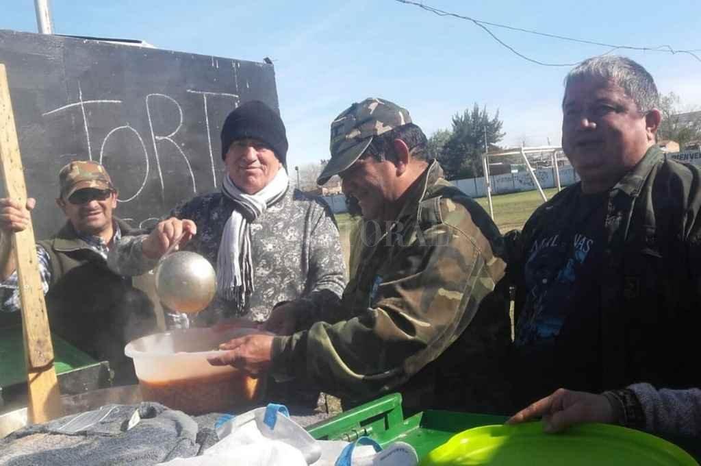 La comida tuvo lugar en el Club Social Deportivo Santa Rosa, ubicado frente al Hospital de Niños.   Crédito: Gentileza