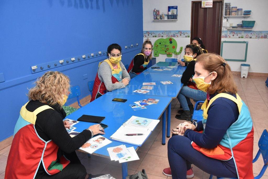 En acción. Las docentes repasaron juntas el protocolo para cuando puedan volver a sus actividades con los niños. Crédito: Flavio Raina