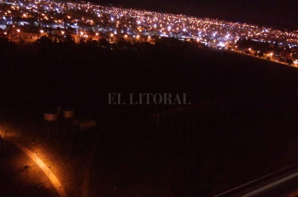 Así es la vista nocturna del Parque Federal desde una de las torres del Procrear cuando se sabotea el sistema eléctrico y se producen apagones.  Crédito: Gentileza