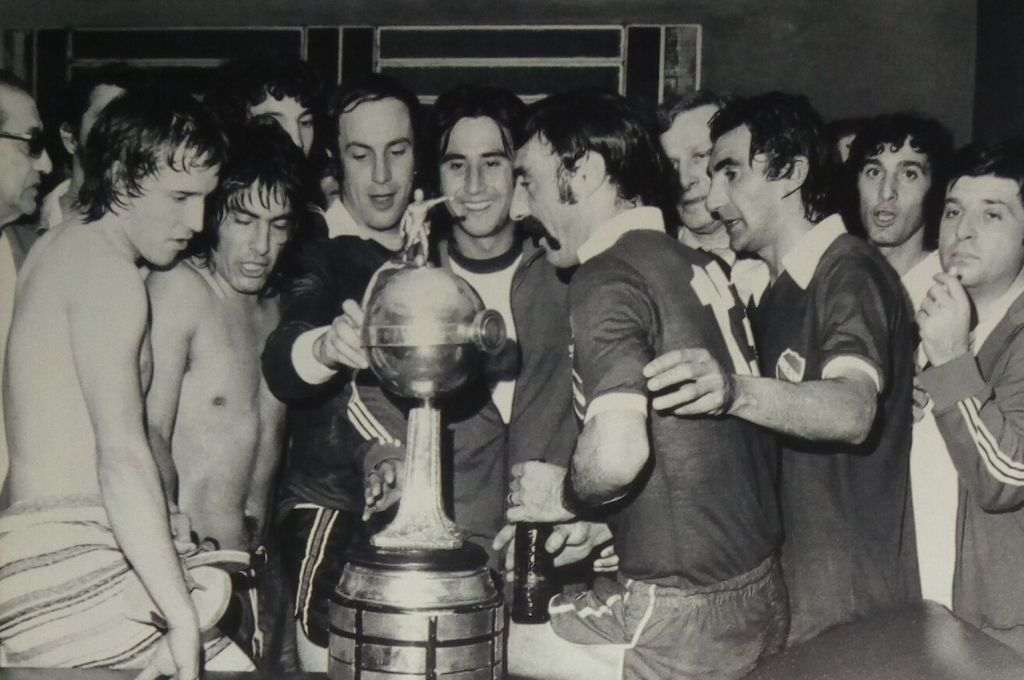 La cuarta seguida. Independiente, sin dudas el Rey de Copas, celebra en 1975 con su sexto título de Libertadores, pero nada menos que el cuarto consecutivo, un hito impresionante. Crédito: Archivo