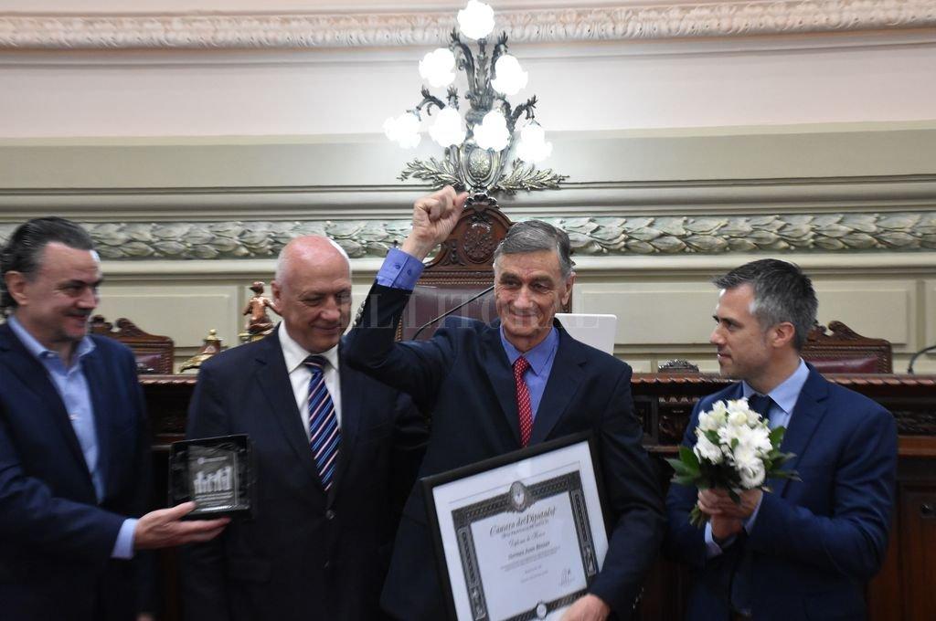 """La Cámara de Diputados le entrega el reconocimiento """"Raúl Alfonsín"""" a Hermes Binner Crédito: Mauricio Garín"""