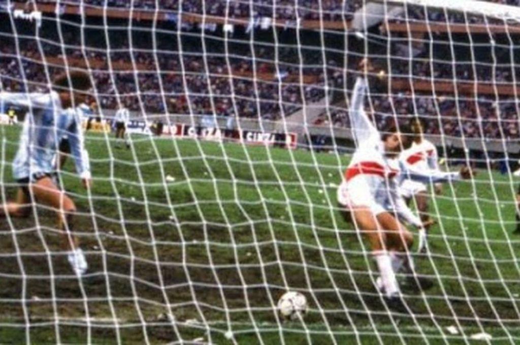 """La pelota recorre la línea, se pasan los peruanos y el que llega de frente para empujarla es el """"Flaco"""" Gareca, en un gol que perdurará por toda la historia. Crédito: Archivo"""