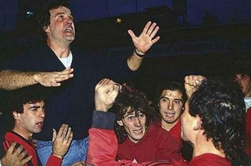 """Su primera """"locura"""". Marcelo Bielsa debutó como DT en Su amado Newell's el 1ro. de julio de 1990, y en el primer torneo bajo Su mando, la """"Lepra"""" se coronó campeón, por eso el """"Loco"""" festejo del actual entrenador de Leeds United, de la segunda división de Inglaterra.  Crédito: Archivo"""