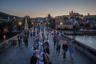 Viral: República Checa celebró el fin de la crisis del coronavirus con un banquete
