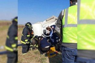 Video: triple choque de camiones y rescate en la ruta 34 - Bomberos Zapadores de Rafaela utilizaron herramientas de corte y expansores para poder rescatar al camionero herido.  -