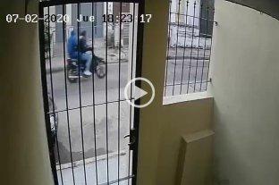 Otro ataque de arrebatadores en barrio Mayoraz - La huida de los delincuentes quedó registrada en la cámara de seguridad de uno de los vecinos de la zona.  -