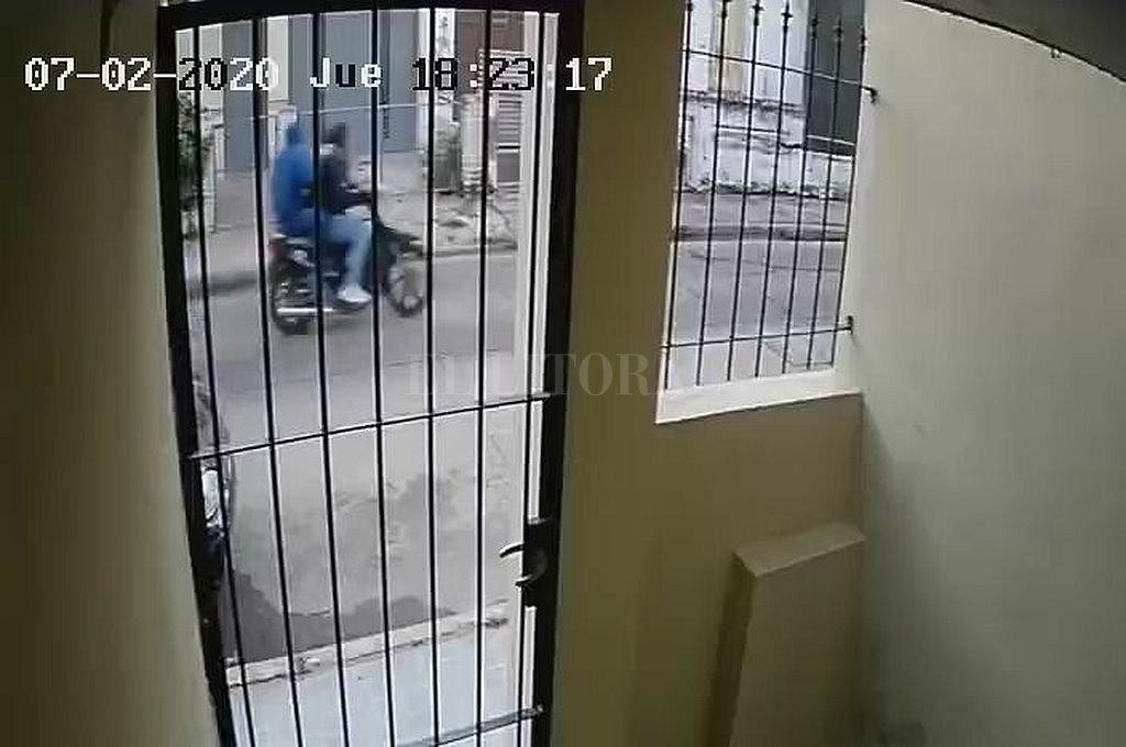 La huida de los delincuentes quedó registrada en la cámara de seguridad de uno de los vecinos de la zona.  Crédito: Captura de video