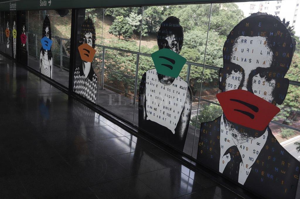 Retratos del artista brasileño, Alex Flemming, intervenidos con barbijos Crédito: Agencia Xinhua