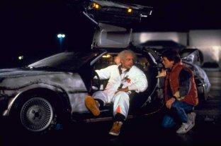 """35 años de un viaje histórico a través del tiempo - Marty McFly y el """"Doc"""" Emmett Brown, junto a la máquina del tiempo -"""