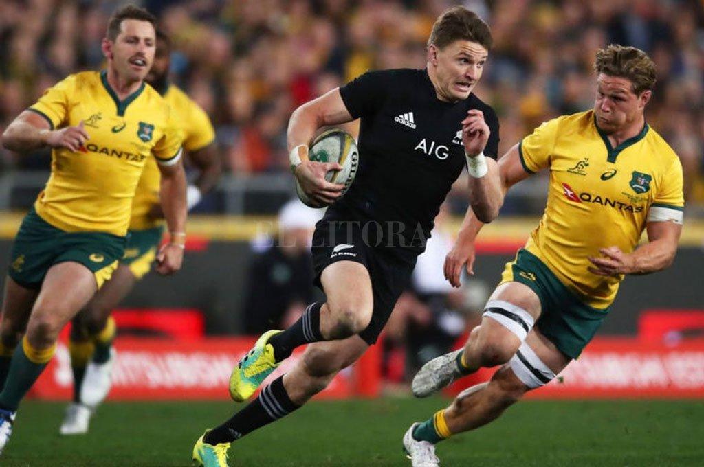 Crack indiscutido. Barrett, perseguido por el australiano Michael Hooper, direccionándose hacia un ensayo neozelandés, en un partido del Rugby Championship 2019. Crédito: Archivo