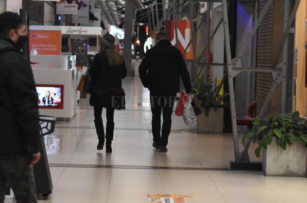 Poco movimiento. A pesar de estar abierto, el shopping Ribera está lejos de recibir muchos clientes. El sector gastronómico no tiene permitido sentar comensales a sus mesas.  Crédito: Manuel Fabatía