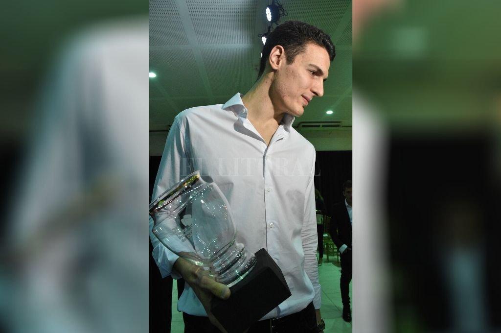 Agustín Caffaro. El destacado basquetbolista, con el premio correspondiente al Mejor Deportista Santafesino 2019, otorgado por la Fiesta Provincial del Deporte. Crédito: Manuel Alberto Fabatía