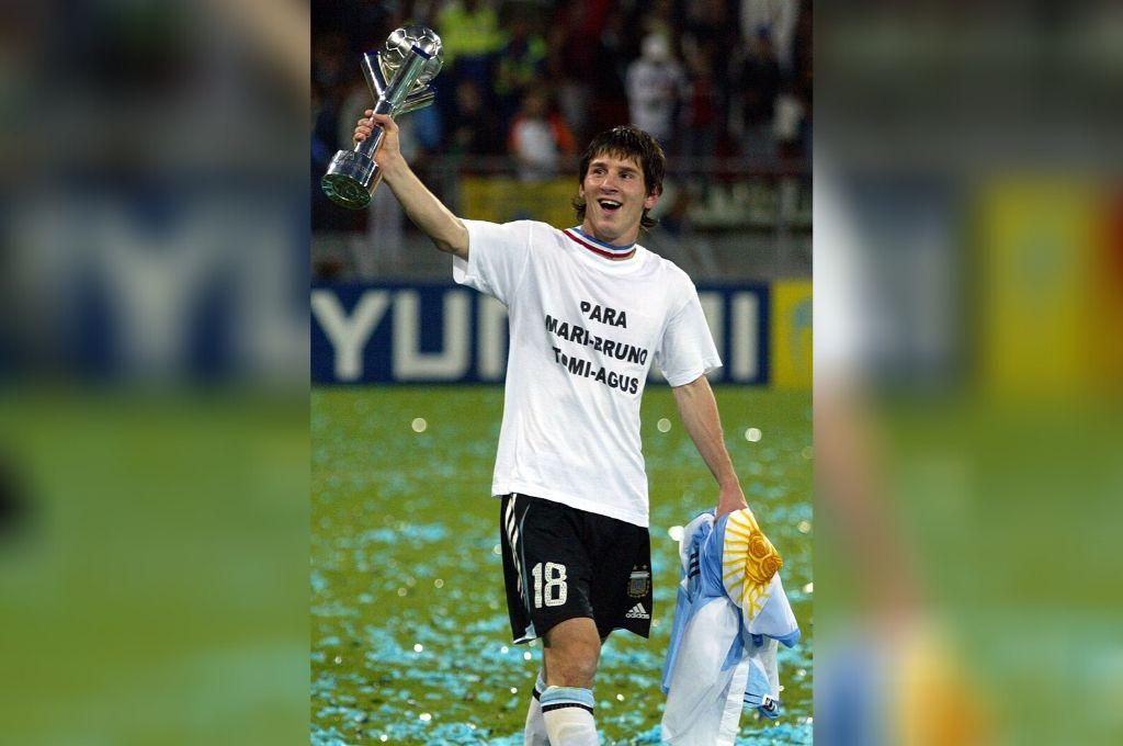 Lionel Messi y su imagen de felicidad después de la victoria en la final de aquél Mundial juvenil. Fue campeón en esa categoría y también en los Juegos Olímpicos. ¿Se le dará el título que le falta, en Qatar? Crédito: AFP