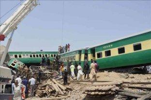Pakistán: al menos 22 muertos tras ser arrollado por un tren el micro en el que viajaban