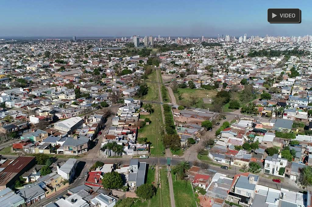 """Con """"ampliación de patios"""", avanzan las usurpaciones sobre terrenos ferroviarios - ¿Progreso? Las obras edilicias sobre los terrenos fiscales son un delito. El registro gráfico muestra cómo las nuevas construcciones -y la vegetación- casi """"se comen"""" la ciclovía. -"""