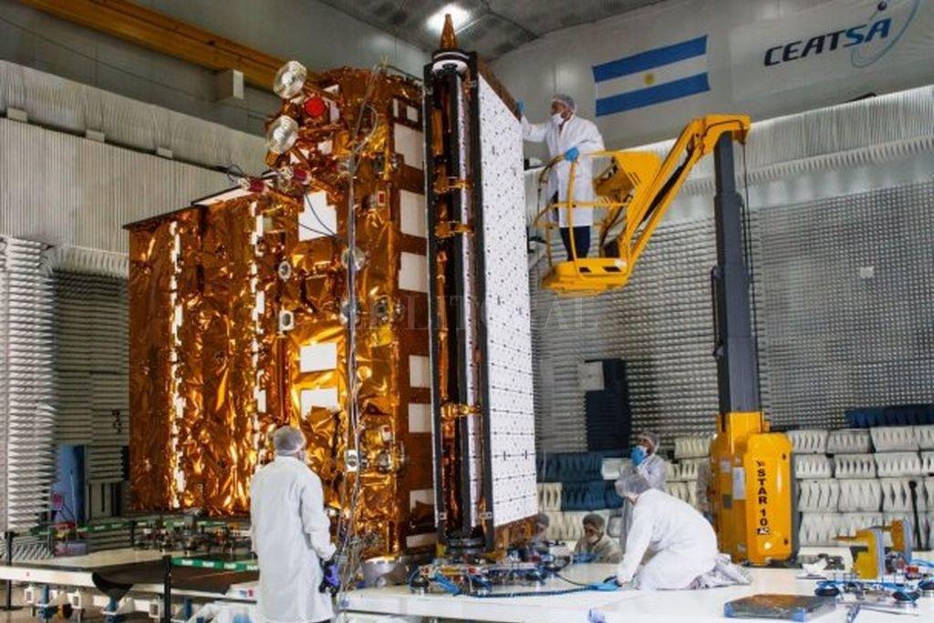 En febrero, en pleno preparativo para el traslado del satélite a EE.UU. La pandemia postergó su puesta en órbita hasta fin de mes. Crédito: Archivo