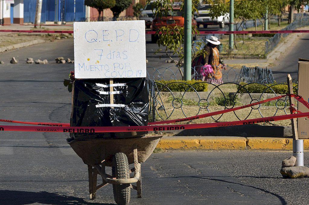 Restos de una víctima de COVID-19 que murió hace una semana y sus familiares dejaron en la calle por no poder enterrarla, en Cochabamba. Crédito: Diego Cartagenta/AFP