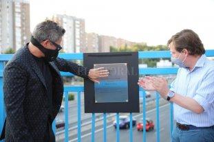 Alejandro Sanz realizó un show sorpresa en Madrid  - El cantante Alejandro Sanz junto al alcalde de Madrid, José Luis Martínez-Almeida, descubren la placa homenaje al artista en el puente de la M-30 que conecta Moratalaz con el barrio de La Estrella, bautizado ahora como ´Puente del corazón partío´.  -