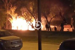 Violencia y descontrol en barrio El Pozo - En la madrugada del domingo autores ignorados incendiaron una precaria finca y una mujer debió ser rescatada del lugar.